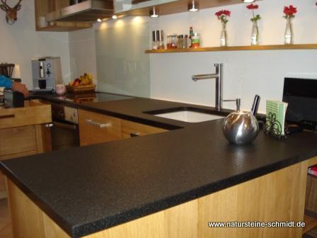 pin arbeitsplatten aus nero assoluto in geflammt und. Black Bedroom Furniture Sets. Home Design Ideas